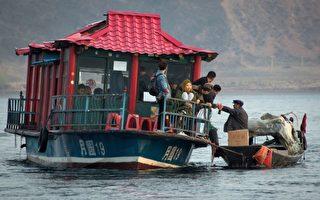 当鸭绿江上讨生活的朝鲜百姓遇上中国游客