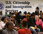 美國總統川普(特朗普)政府收緊簽證,擴及H-1B申請,申請人今年被要求補件的件數增近五成,等待更長時間及支付更高成本。(John Moore/Getty Images)