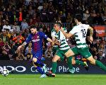 憑藉梅西(左)的「大四喜」,巴薩主場6:1大勝埃瓦爾,取得五連勝,領跑積分榜。 (David Ramos/Getty Images)