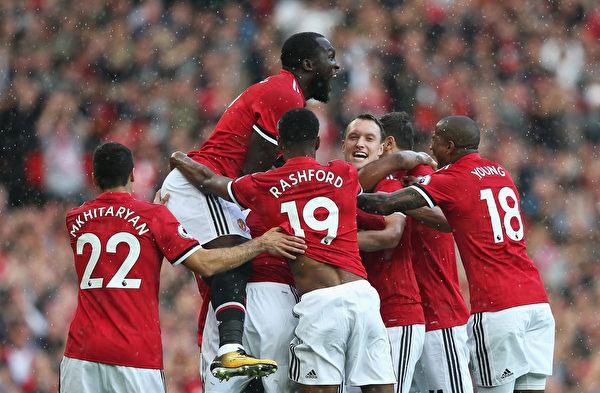曼联在主场4:0大胜埃弗顿,与曼城共同领跑积分榜。 (Alex Livesey/Getty Images)