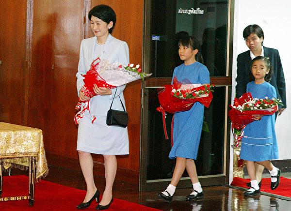 2003年8月,真子(中)访问曼谷戏剧艺术学院。Getty Images:SAEED KHAN)