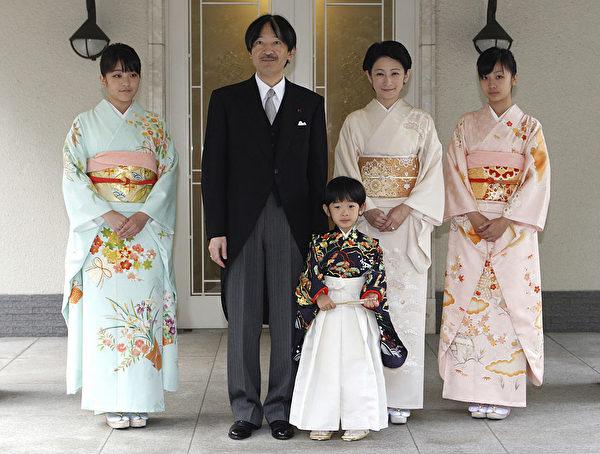 日本的Hisahito先生(C)穿着传统的礼服,由Chakko-no-Gi和Fukasogi先生陪同,他的父亲是Akishino的父亲(2nd L),Kiko(母亲公主)和Kako(K)于二零一一年十一月三日在东京赤坂御堂举行的无神仪式仪式。去年九月变为五岁的久沙里太子曾经作为日本皇室成员通过仪式。 法新社PHOTO / POOL /加藤爱ato(图片来源:ISSEI KATO / AFP / Getty Images)