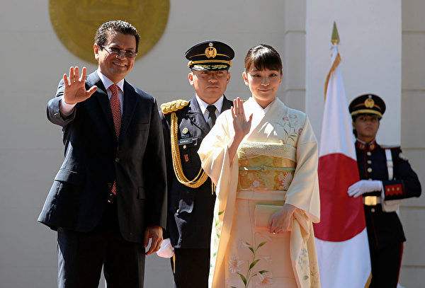 Japanese Princess Mako (R) and Salvadorean Foreign Minister Hugo Martinez wave during a welcoming ceremony at the presidential house, in San Salvador, on December 3, 2015. Princess Mako is on a three-day visit to El Salvador and then will travel to Honduras. AFP PHOTO / MARVIN RECINOS / AFP / Marvin RECINOS (Photo credit should read MARVIN RECINOS/AFP/Getty Images)