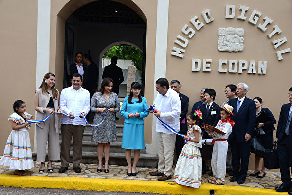 Japanese Princess Mako (C) participates in the ribbon-cutting ceremony of the inauguration of the Copan Digital Museum in Copan Ruins, 400 km northwest of Tegucigalpa on December 7, 2015. AFP PHOTO / Orlando SIERRA. / AFP / ORLANDO SIERRA (Photo credit should read ORLANDO SIERRA/AFP/Getty Images)