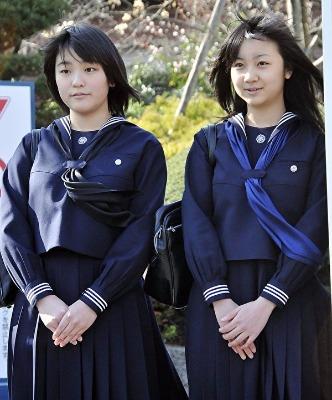 2010年3月,真子公主(左)完成高中学业,妹妹佳子(右)也完成国中学业,两人一起参加毕业典礼。(YOSHIKAZU TSUNO/Getty Images)
