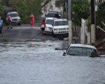 9月21日,一輛汽車被困在波多黎各聖胡安的淹水街道。( AFP PHOTO / HECTOR RETAMAL)