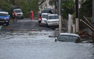 9月21日,一辆汽车被困在波多黎各圣胡安的淹水街道。( AFP PHOTO / HECTOR RETAMAL)