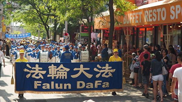 9月23日,来自加拿大魁北克省及安大略省几个城市的的部分法轮功学员在蒙特利尔举行了讲真相反迫害大游行。法轮大法天国乐团打头阵,游行经过的街道两旁民众驻足观看。(Nathalie Dieul / 大纪元)