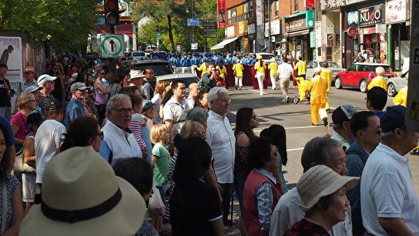 9月23日,来自加拿大魁北克省及安大略省几个城市的的部分法轮功学员在蒙特利尔举行了讲真相反迫害大游行。游行经过的街道两旁民众驻足观看。(Nathalie Dieul / 大纪元)