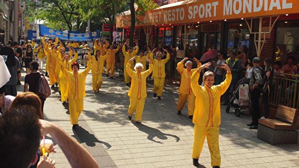 9月23日,来自加拿大魁北克省及安大略省几个城市的的部分法轮功学员在蒙特利尔举行了讲真相反迫害大游行。游行队伍中由西人组成的功法演示方阵,吸引众多当地人士瞩目。(Nathalie Dieul / 大纪元)