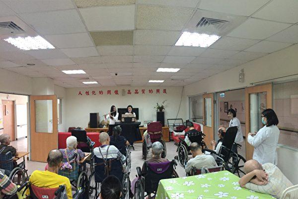 朴子医院邀请谢百琪(右)、刘庭祯(左)两位老师,到附设护理之家作双长笛演奏,让多位行动不便的长辈能听到怀旧歌曲。(朴子医院提供)