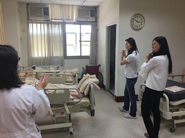 朴子醫院邀請謝百琪(左)、劉庭禎(右)兩位老師,到附設護理之家作雙長笛演奏,讓多位行動不便臥床的長輩,能在病床邊聽到懷舊歌曲。(朴子醫院提供)