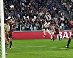 尤文圖斯在同城德比中,主場4:0大勝都靈。圖為桑德羅頭球破門,為尤文打進第三粒進球瞬間。(Alessandro Sabattini/Getty Images )