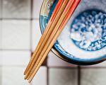 小心細菌毒素吃下肚!4個不正確的用筷子習慣
