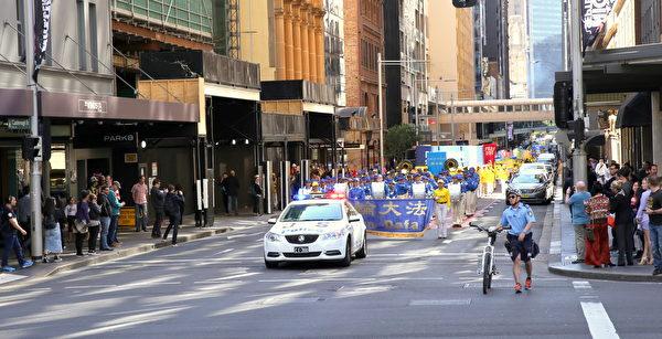 9月8日中午,澳洲法輪功學員600多人在悉尼市區舉行大遊行。(攝影:何蔚/大紀元)