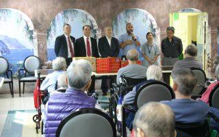 图为中华公所主席一行到前绿园疗养院赠送月饼及水果。 (中华公所提供)