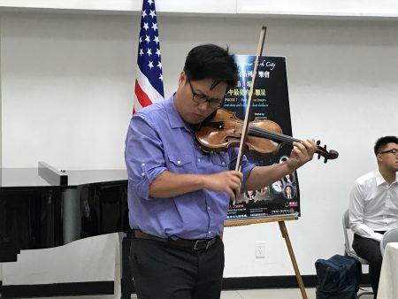 臺裔音樂人在演奏。