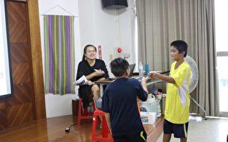 陈洁瑶导演引导学童动作发想。(宜兰文化局提供)