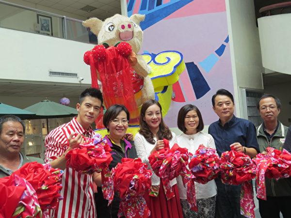 中坜区长林香美(右3)、客家事务局长蒋絜安(右4)等为大型创意神猪挂上彩球。(徐乃义/大纪元)