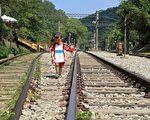 小朋友漫遊閒置的舊三線鐵道。(許享富/大紀元)