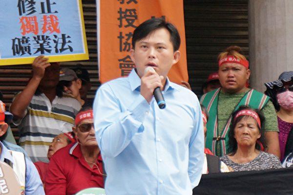 立委黃國昌指出,行政院訴願委員會駁回亞泥展限案,從法律角度,這是一個違法的處分。(地球公民基金會/提供)