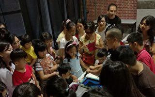 台中動漫博覽會「手工絹印體驗」,由老師帶領學習絹印角度及力量拿捏。(台中市政府提供)
