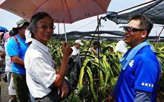 名間青農謝鎮鴻(右)與宜蘭縣羅東鎮農會產銷班分享用有機資材栽培紅龍果的經驗。(林萌騫/大紀元)