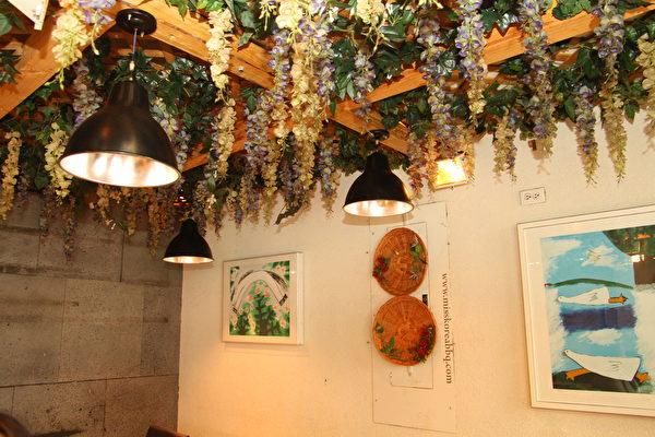 """missKOREA""餐厅二楼花架屋的两侧墙上挂着韩国知名画家作品,这是业主Sophia Lee专程去首尔收藏的画作,以推广韩国文化。(大纪元图片)"