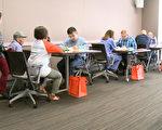 东洛杉矶社区学院与洛杉矶亚美公义促进中心,在蒙特利公园市联合举办了归化入籍服务活动,吸引了上百人到场参加。图为入籍服务现场。 (李子文/大纪元)