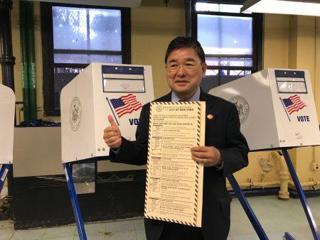 顾雅明投票。