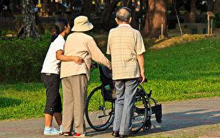 在华人社区,家庭看护带老人家出门散步的情景并不少见。 (王嘉益/大纪元)