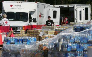 美國紅十字會動員了上百位志工,週四籌備了大量資源前往佛羅里達州。 (Paul J.Richards/AFP/Getty Images)