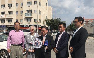 州參議員史塔文斯基(左二)與市議員顧雅明(中)宣布,法拉盛北方大道與150街路口加裝交通信號燈。 (顧雅明辦公室提供)
