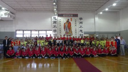紐約中華公所及屬下華僑學校24日舉行「祭孔大典」。上百名師生依三獻古禮,向至聖先師獻上崇高敬意。