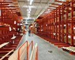 家居連鎖店家得寶(Home Depot)的防風木材貨架已全空。 (岑華穎/大紀元)