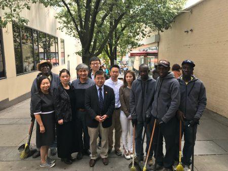 顧雅明(前排左四)與法拉盛商改區宣布,增加清潔工掃街,讓法拉盛更乾淨。