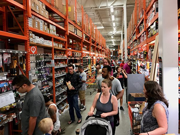 家得寶(Home Depot)的螺絲、釘子部門的客人比平時明顯增多,人們都在為抵抗颶風做最後的準備。 (岑華穎/大紀元)