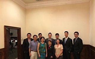 青商会理事们与王祥瑞委员(前排左一),喜万年东主Winna(前排左二),及傅谨玲主任(前排右一)合照。(汉民/大纪元)