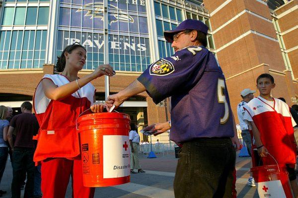 在繁忙的街道上民众向慈善单位捐款。 (Doug Pensinger/Getty Images)