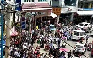9月5日,貴州黔西南布依族苗族自治州安龍縣數千名學生家長遊行,抗議正大集團供應各學校變質臭豬肉。(受訪者提供)