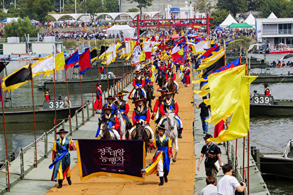"""9月23、24日,韩国举办了""""正祖大王陵幸车""""活动,时隔222年,首次完整再现韩国古朝鲜以仁孝著称的君主正祖大王为表孝心,携母远程跋涉祭拜父亲王陵的整个过程。图为活动现场。(全景林/大纪元)"""