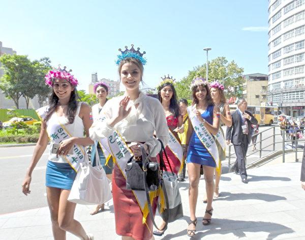來自50個國家的選美皇后,14日為豐原火車站前的「花博市招」揭牌,並為台中世界花博做宣傳。(鄧玫玲/大紀元)