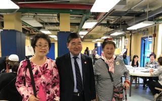 顾雅明(中)在太太程丽珍(左一)的陪同下投票。 (林丹/大纪元)