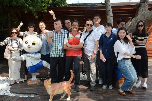 韓國家扶來訪雲林家扶,並參觀特色社區「屋頂上的貓」。(雲林家扶提供)