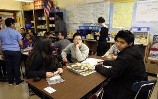 教育局在《指南》中提醒家长,每天都要问一下孩子在学校的情况。 (Spencer Platt/Getty Images)