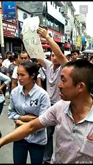 9月5日,贵州黔西南布依族苗族自治州安龙县数千名学生家长游行,抗议正大集团供应各学校变质臭猪肉。(受访者提供)