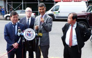 從左至右:市議員顧雅明及市主計長斯靜格、市議會交通委主席羅德里格茲 、華商會總幹事杜彼得呼籲,加強對商業大巴的管理,向法拉盛的交通設施投入更多資源。 (林丹/大紀元)