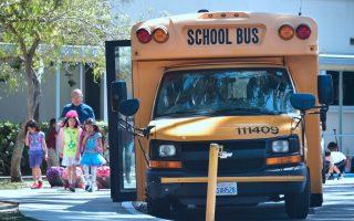 近期有孩童在校車上睡著,被丟在車上90分鐘之後才被發現。 (Frederic J. Brown/AFP/Getty Images)