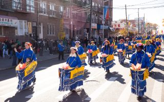 紐約法輪功學員17日將在布碌崙班森賀(Bensonhurst)舉行盛大遊行,圖為去年照片。 (戴兵/大紀元)