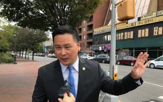 在法拉盛發生重大車禍後,州眾議員金兌錫表示,將提議對大利巴士公司展開調查,並立法限賭巴進入交通擁擠的社區。 (林丹/大紀元)